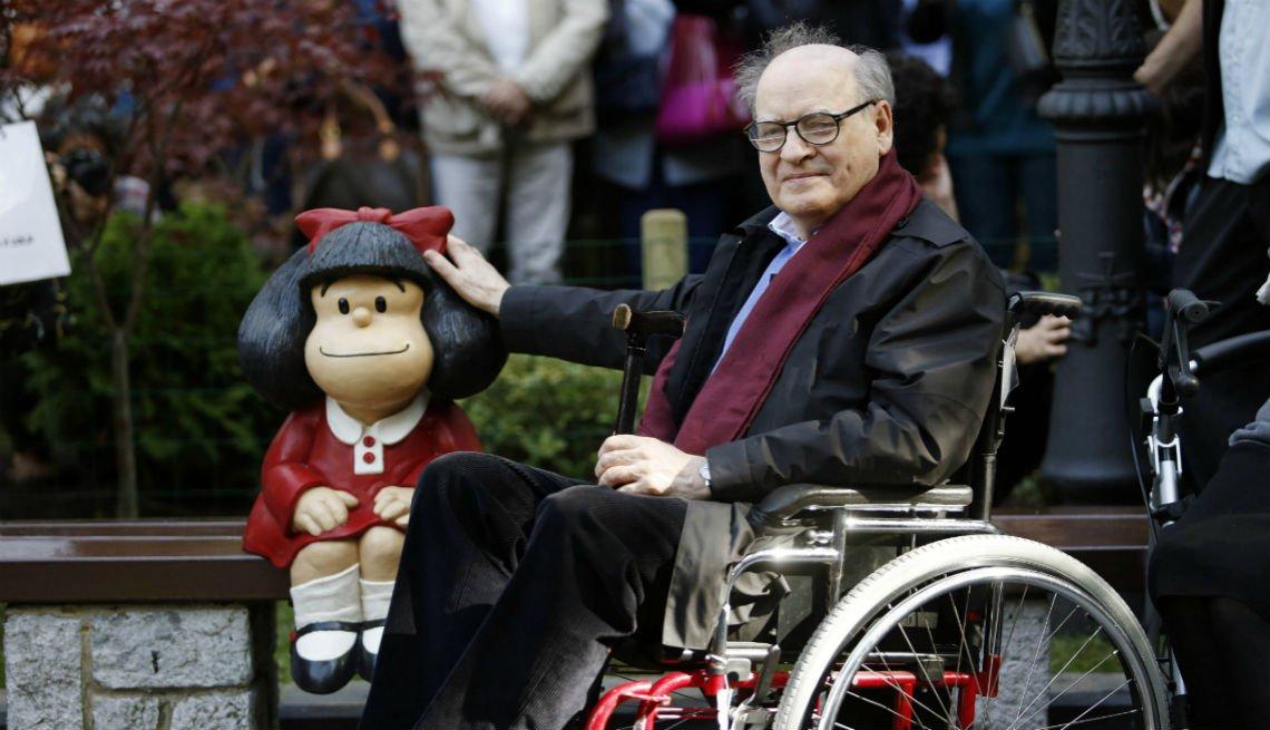item 17 of Gallery image - El humorista gráfico Joaquín Salvador Lavado, alias Quino, posa junto a una escultura de Mafalda