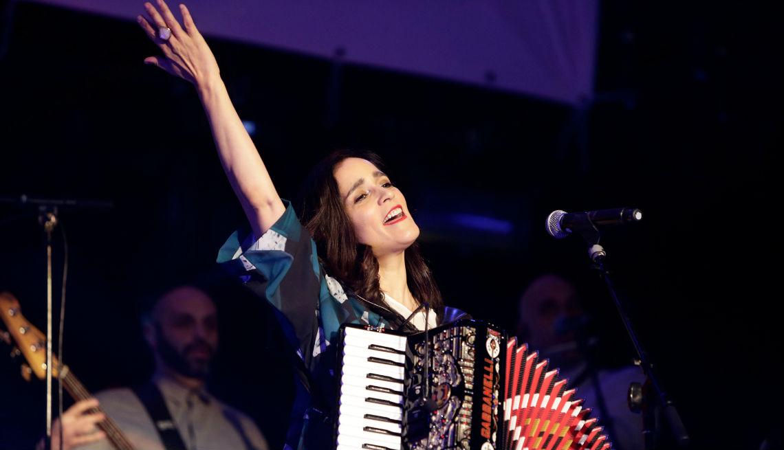 item 10 of Gallery image - La cantante Julieta Venegas