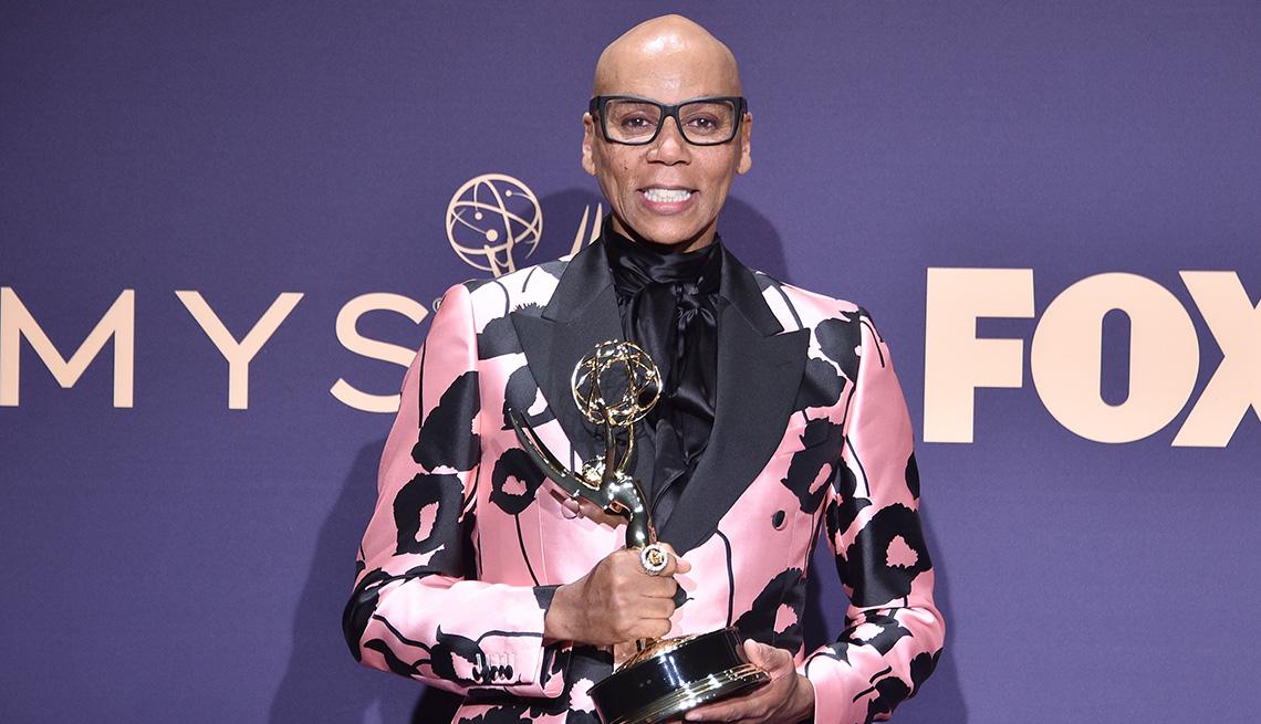 item 5 of Gallery image - RuPaul sosteniendo su estatua Emmy en los 71st Emmy Awards.