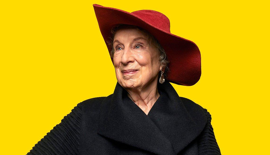 Margaret Atwood es una poeta, novelista, crítico literario, ensayista, docente, activista ambiental e inventora canadiense.