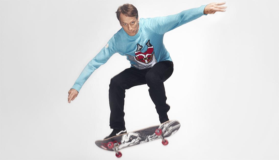 Tony Hawk realizando un salto en patineta.