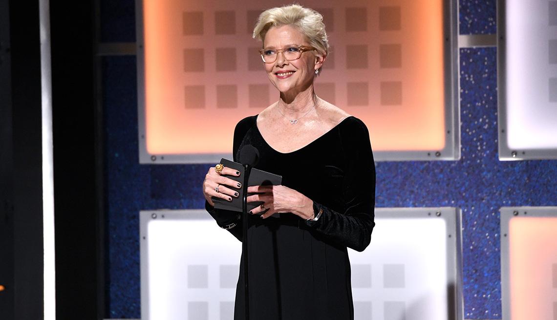 item 1 of Gallery image - Annette Bening acepta el premio por trayectoria artística durante la 19a edición anual de los premios Movies For Grownups de AARP en Beverly Hills, California.