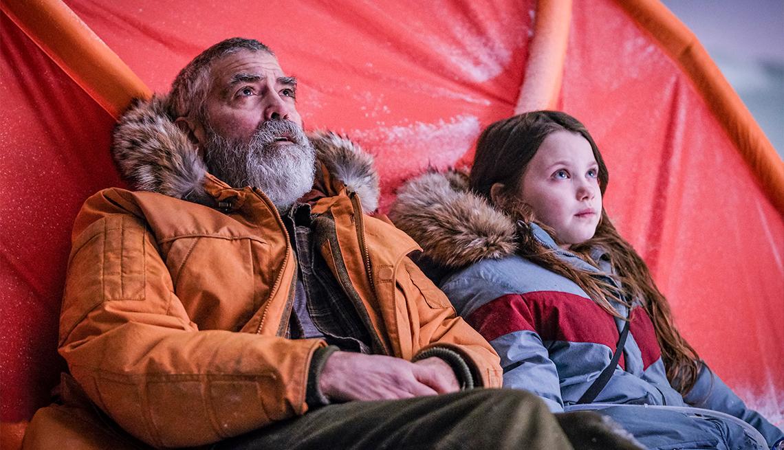 """George Clooney y Caoilinn Springall en """"The Midnight Sky""""."""