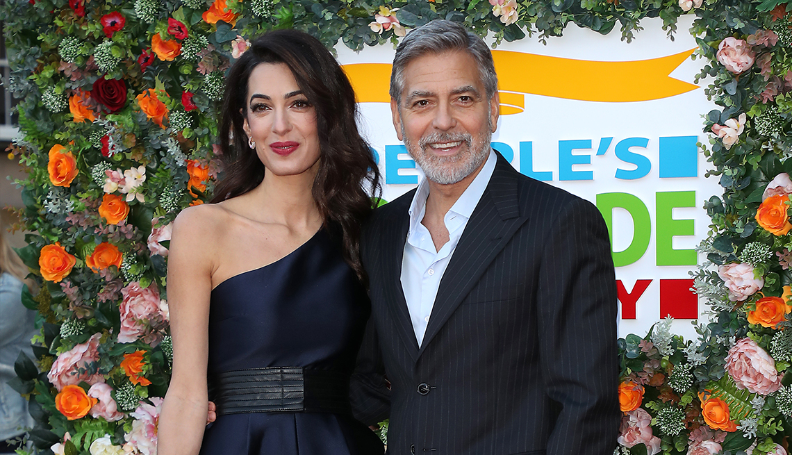 George Clooney con su esposa, Amal, en una gala benéfica en apoyo de la Clooney Foundation for Justice.