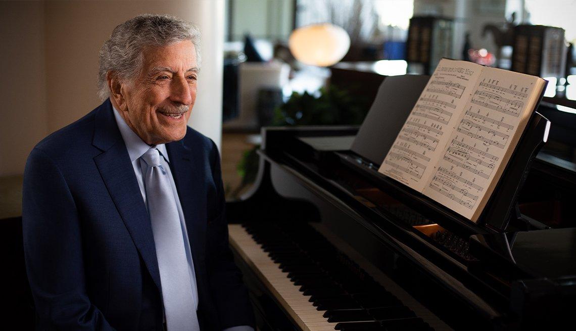 Tony Bennett frente a un piano