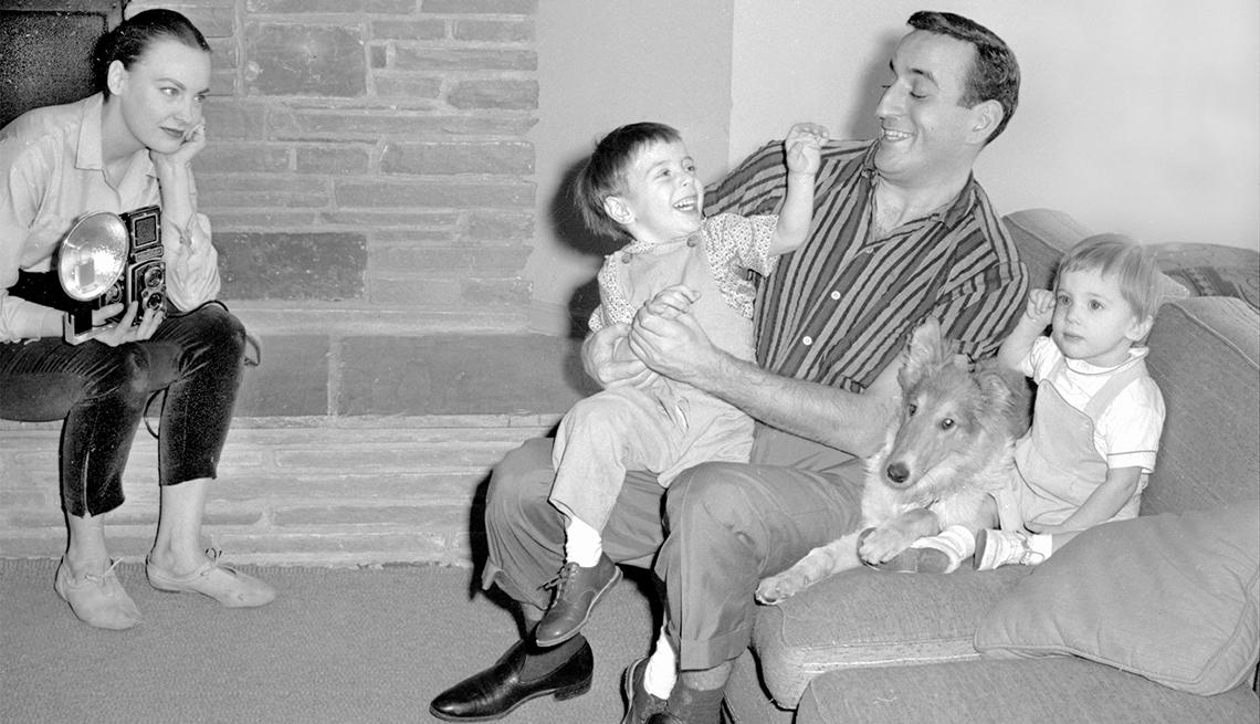 Tony Bennett, Danny y Dae con la mascota Pat, en 1957