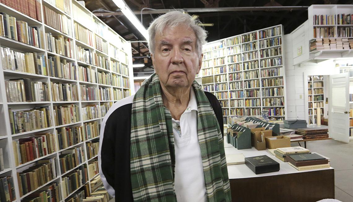 item 26 of Gallery image - El autor ganador del premio Pulitzer Larry McMurtry.