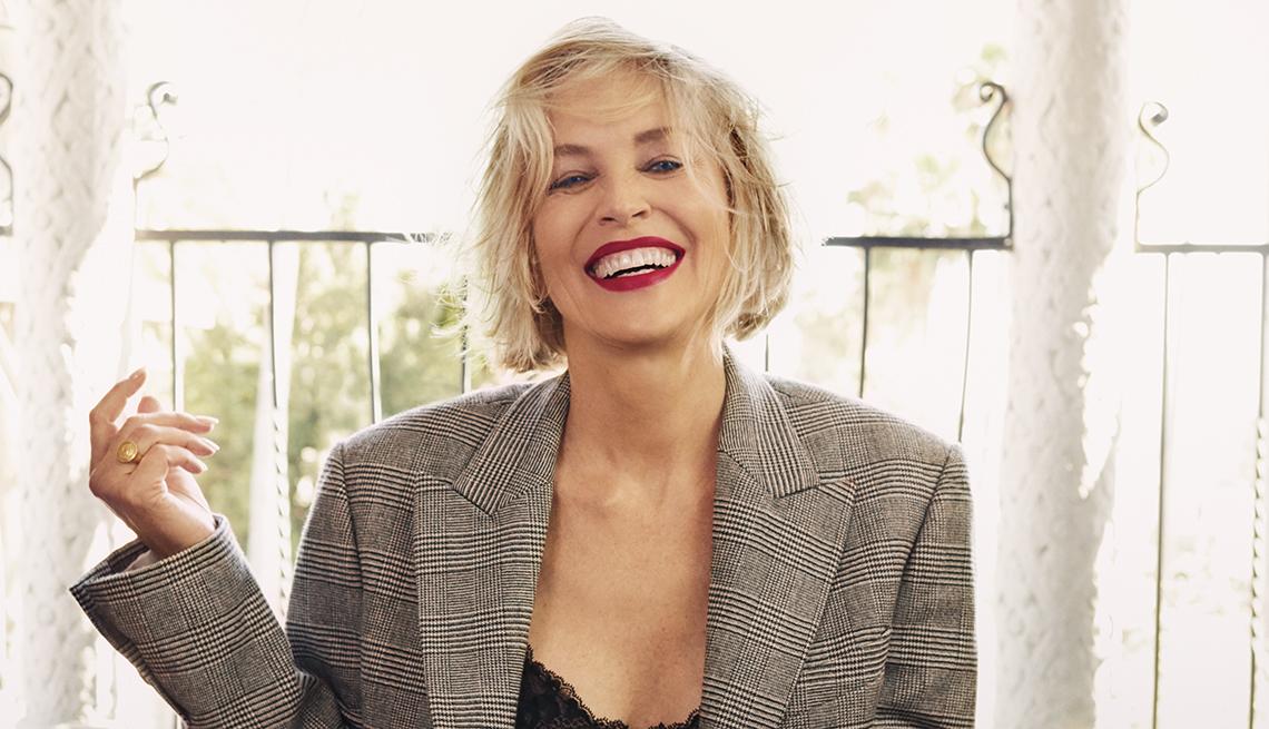Sharon Stone sonríe en esta sesión de fotos.
