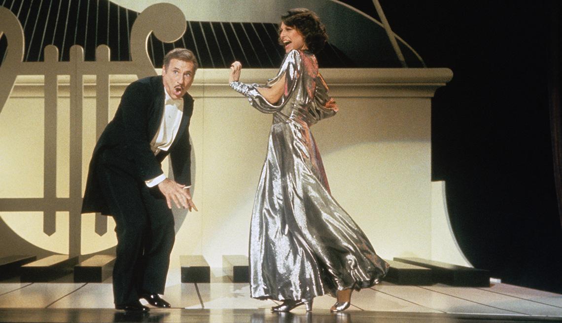 Mel Brooks baila en un escenario con Anne Bancroft.
