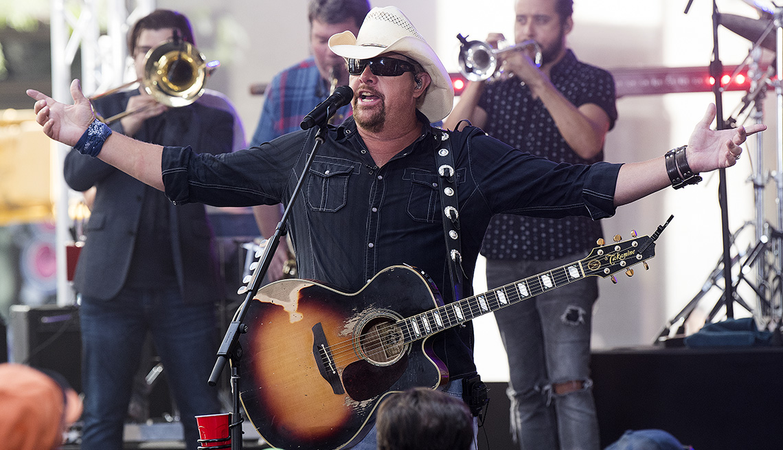 item 2 of Gallery image - Artista de música country Toby Keith.