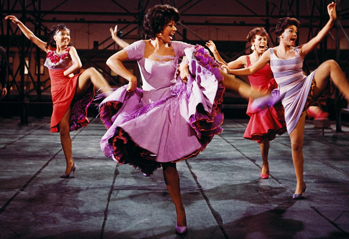 """Rita Moreno bailando en una escena de la película """"West Side Story""""."""