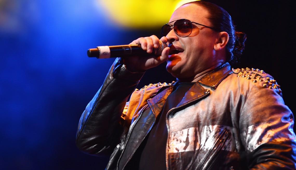 item 10 of Gallery image - El cantante Elvis Crespo actúa en el escenario durante el concierto Mega 97.9 Megatone Concert en el Madison Square Garden el 28 de octubre de 2015.