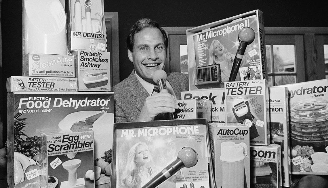 item 2 of Gallery image - Presentador de televisión e inventor Ron Popeil.
