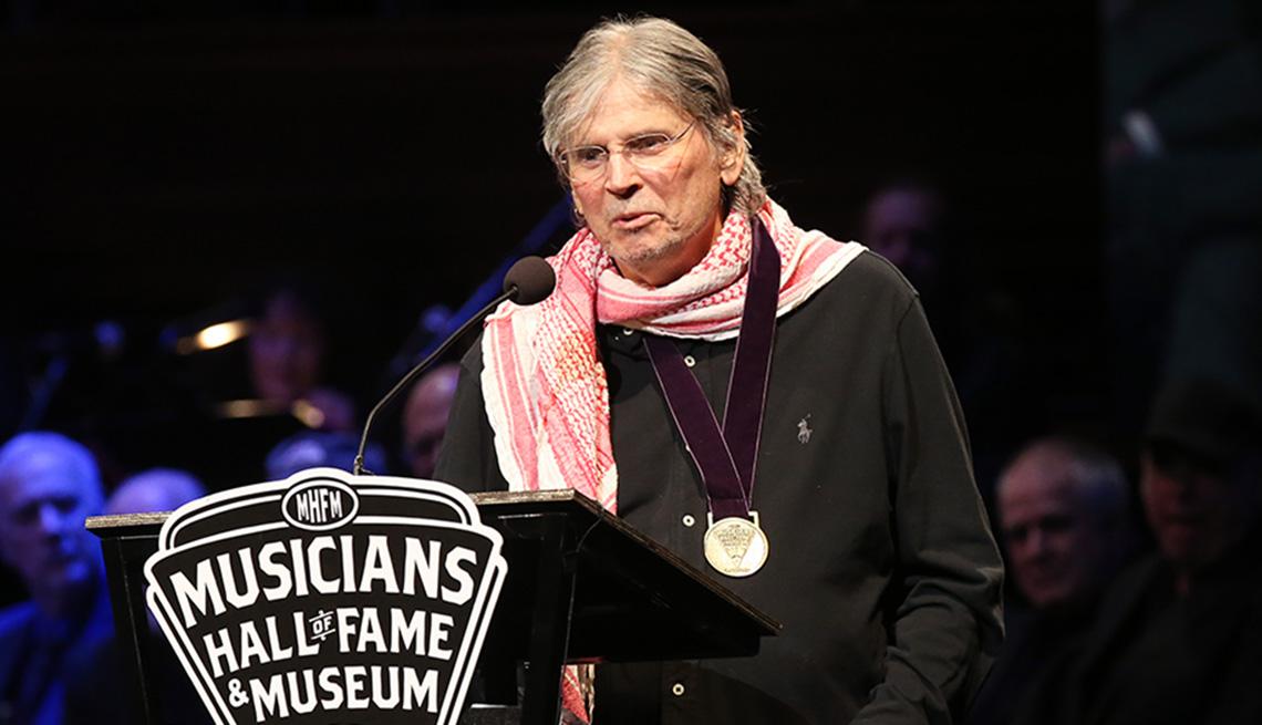 item 8 of Gallery image - Don Everly habla durante la Ceremonia y concierto de inducción al Salón de la Fama de la Música en el Schermerhorn Symphony Center el 22 de octubre de 2019 en Nashville, Tennessee.