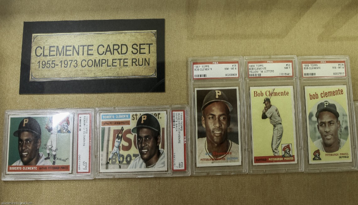 item 2 of Gallery image - La colección de tarjetas de béisbol de Clemente de The Topps Company.