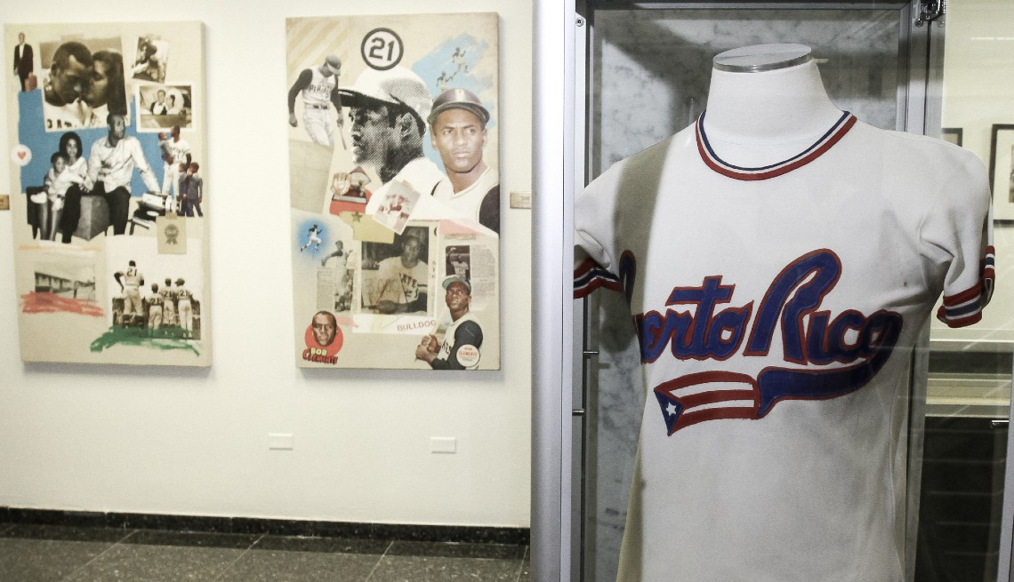 item 3 of Gallery image - Una réplica del uniforme del equipo nacional de béisbol de Puerto Rico que Clemente vistió durante la Serie del Caribe