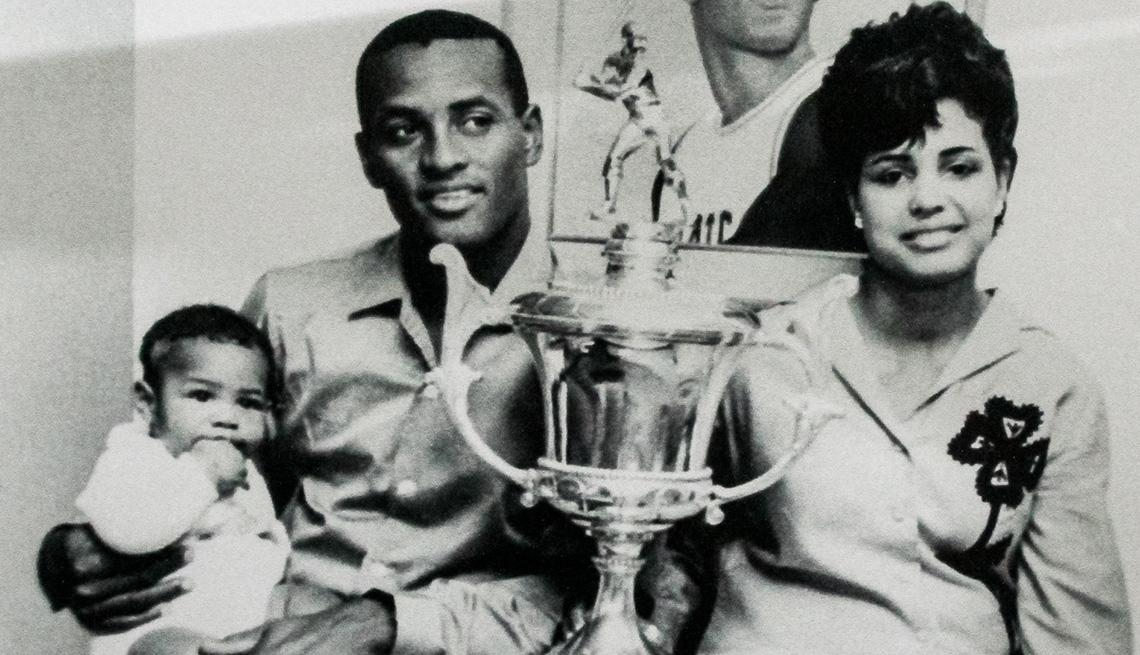 item 7 of Gallery image - oberto Clemente con su esposa, su hijo pequeño y un trofeo de una liga de béisbol puertorriqueña.