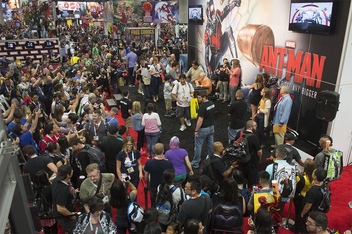 Una multitud de personas esperando en línea para obtener un autógrafo de Stan Lee.