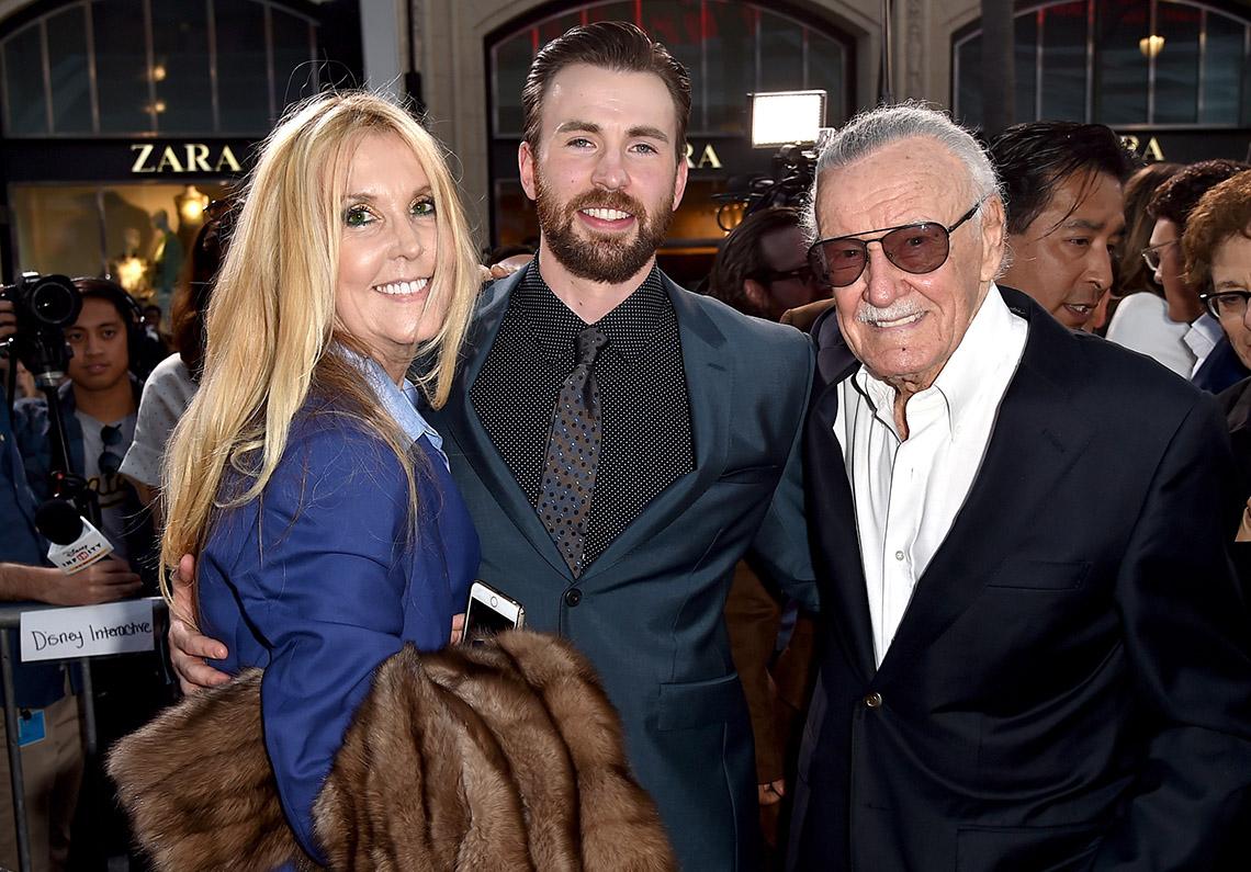 """J.C. Lee con la estrella de """"Captain America: Civil War"""" Chris Evans y su padre, Stan."""