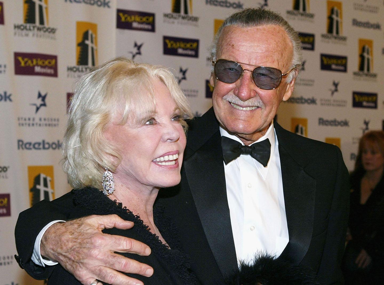 Stan Lee con su brazo alrededor de los hombros de su esposa.