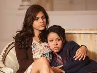 Eva Mendes y Cierra Ramirez en una escena de la película 'Girl in Progress'.