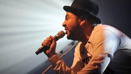 Camilo Lara durante un concierto en Francia.