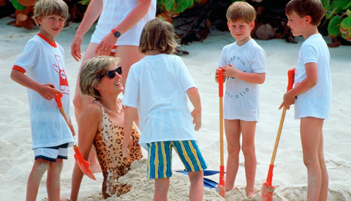 Princesa Diana con sus hijos y otros niños en la playa en 1990