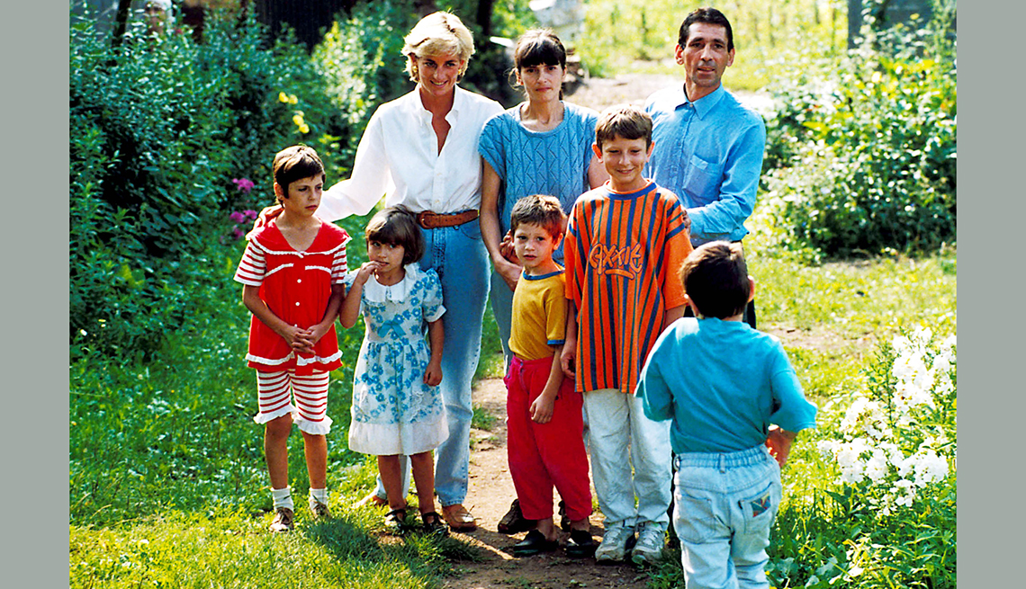 Princesa Diana visita a víctimas de minas antipersonales en Bosnia