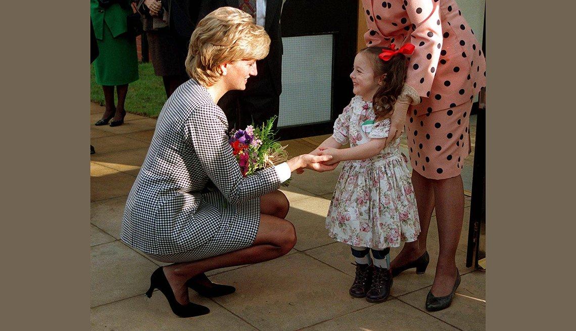 Princesa Diana saludando a una niña en Birmingham, 1995.