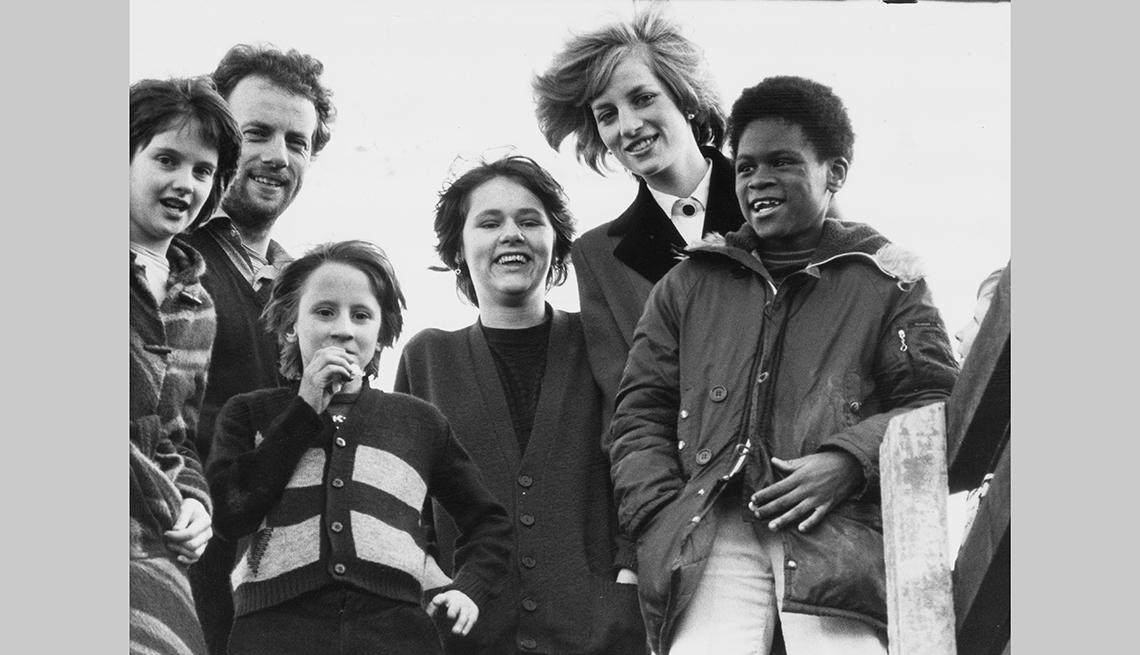 Princesa Diana con unos niños en un parque de juegos