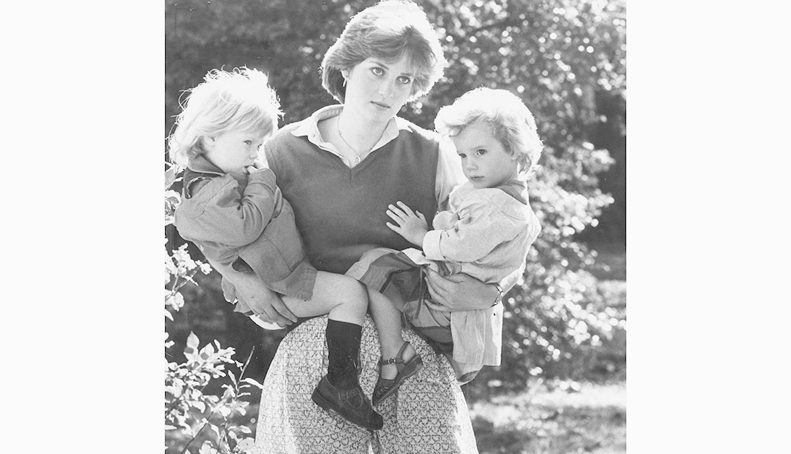 Lady Diana Spencer con sus hijos en brazos