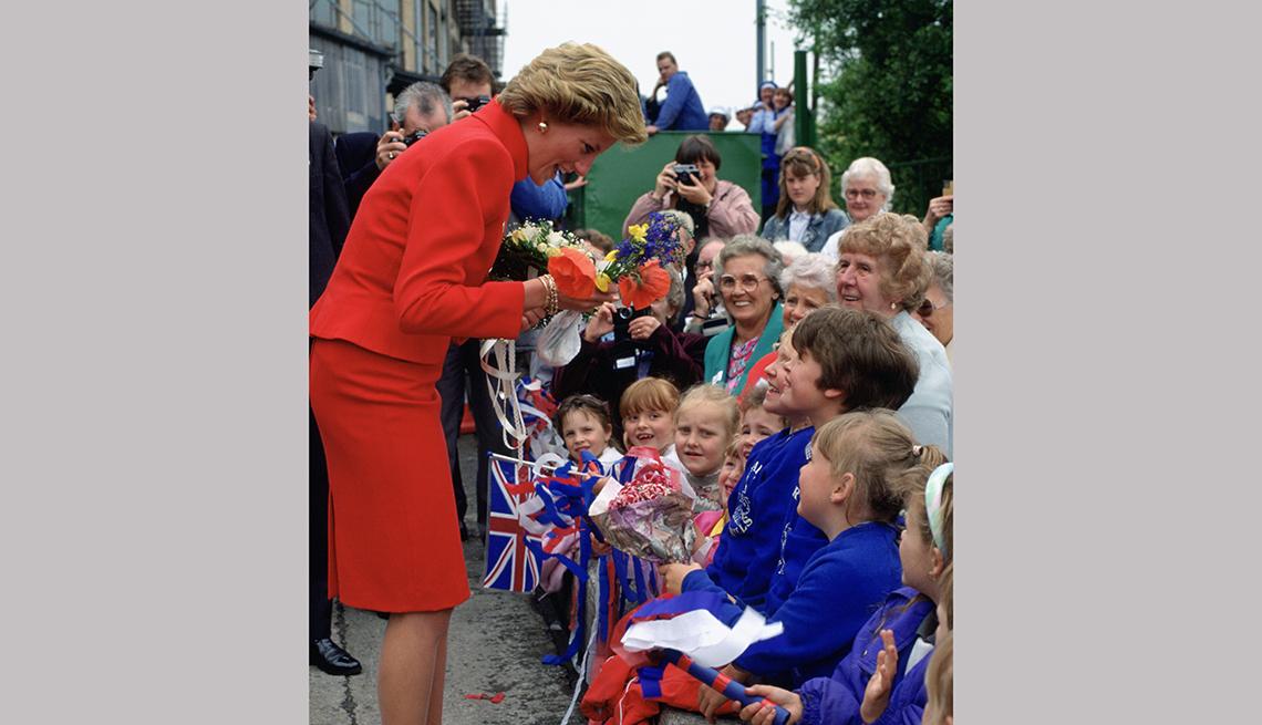 Princesa de Wales vestida de rojo y rodeada de niños