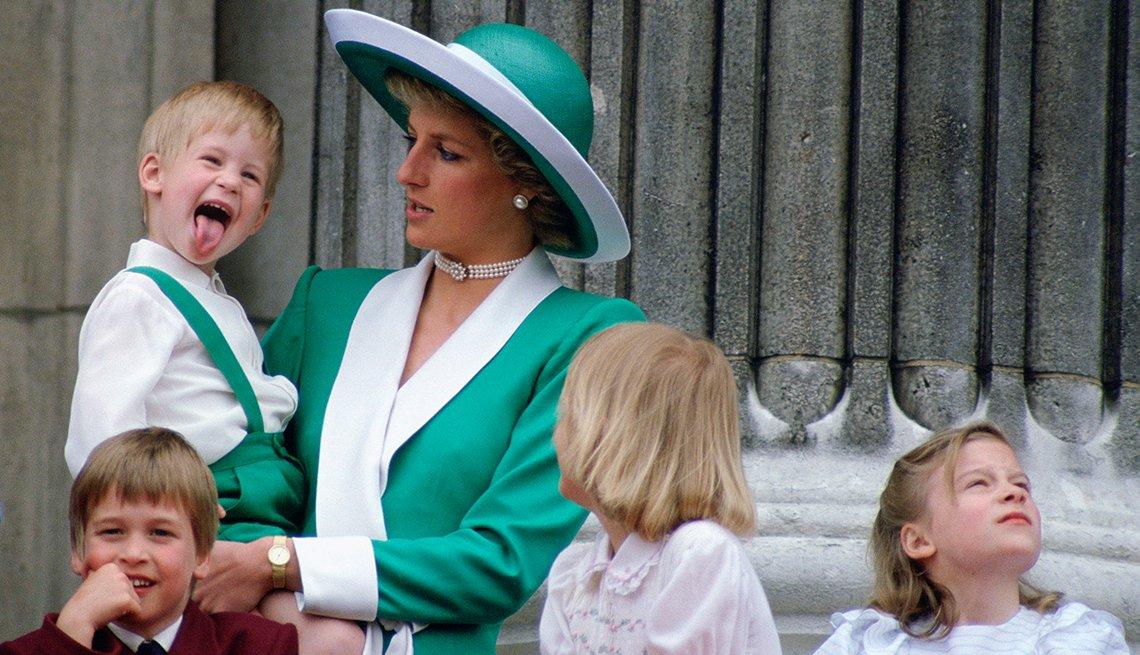 Príncipe Harry en brazos de su madre la princesa Diana