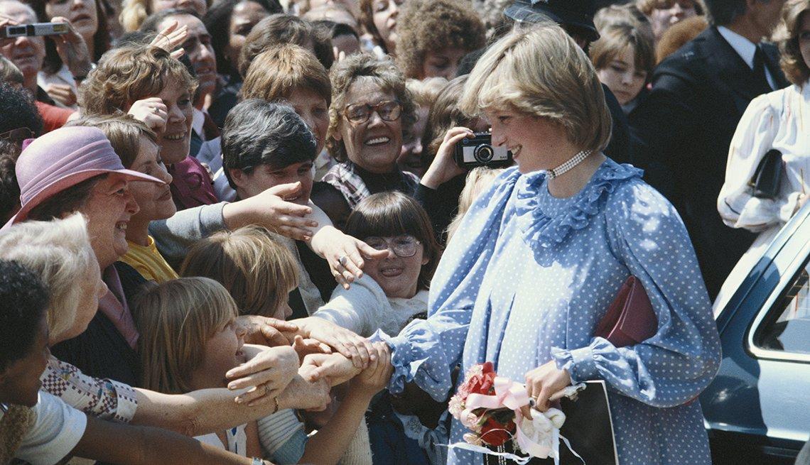 Diana, Princesa de Wales en embarazo frente a una multitud