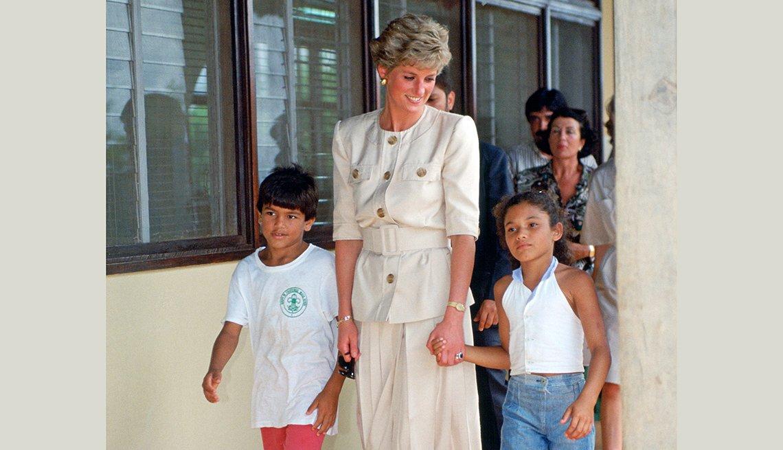 Princesa Diana con unos niños en Carajas, Brasil en 1991