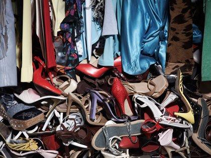 Un armario desorganizado con ropa y zapatos