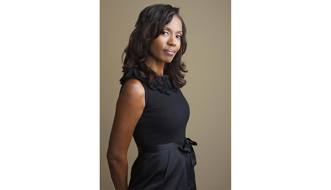 Mujer vestida de negro - Consejos de moda para mayores de 50