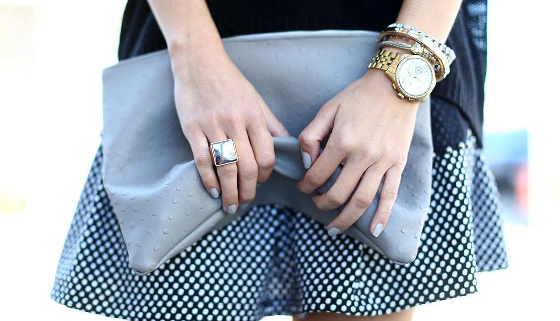 Mujer mostrando falda con estampados - Consejos de moda para mayores de 50