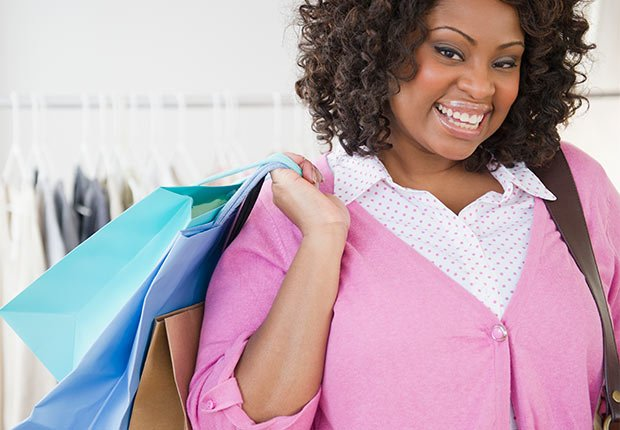Mujer con bolsas de compra en la mano - Consejos de moda para mayores de 50