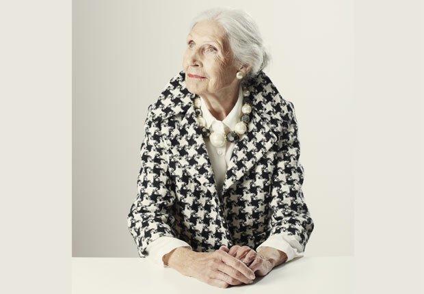 Mujer mayor con perlas - Consejos de moda para mayores de 50
