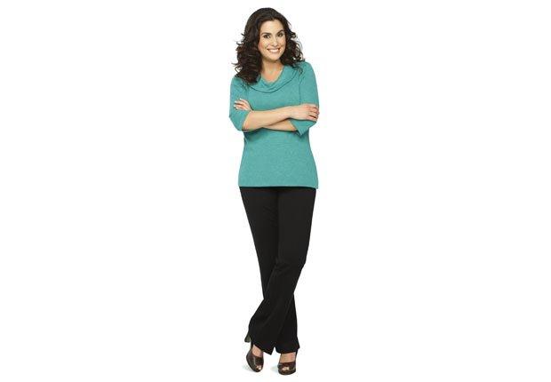 Mujer vestida con pantalones - Consejos de moda para mayores de 50
