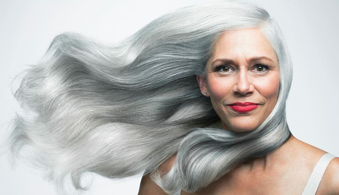 Cómo llevar el cabello largo después de los 50
