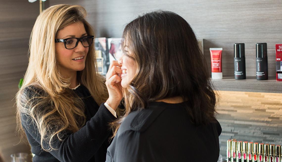 Claudia Betancur maquillando a una mujer. Sigue sus consejos de belleza