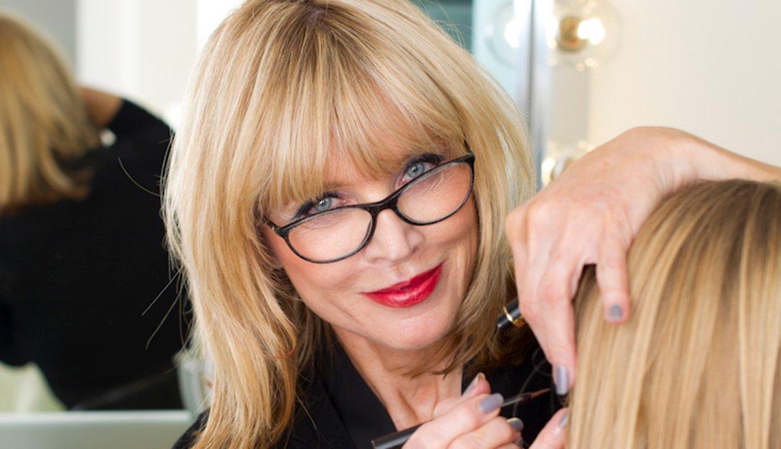 Sandy Linter, Glasses maquillando a una mujer. Sigue sus consejos de belleza