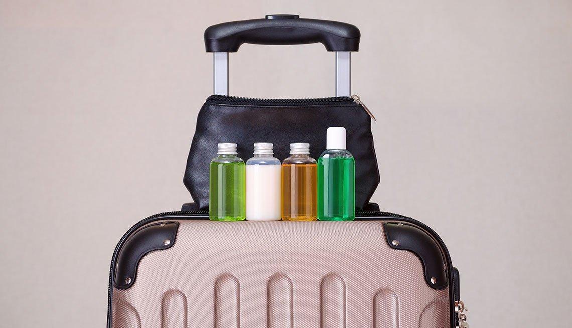 Maleta de mano con frascos pequeños para empacar líquidos