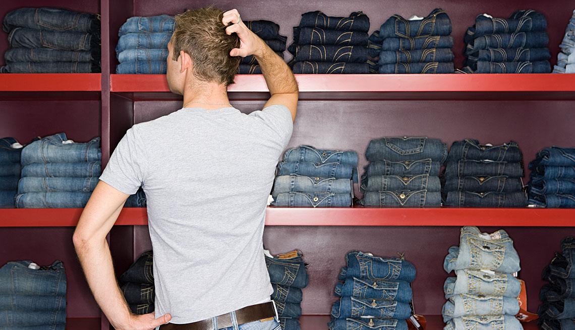 Hombre mirando jeans en una tienda