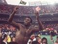 Pele con las banderas de Estados Unidos y Brasil es cargado en hombros en 1977 cuando jugaba con el Cosmos de Nueva York.