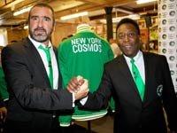Cosmos de Nueva York retorna en 2013. Eric Cantona y Pelé enseñan el uniforme del equipo de fútbol.