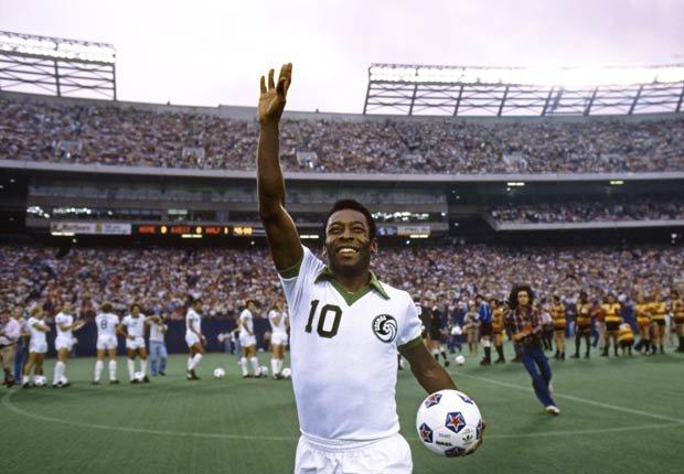 Pelé saluda al público durante un partido con su equipo el New York Cosmos en 1977.