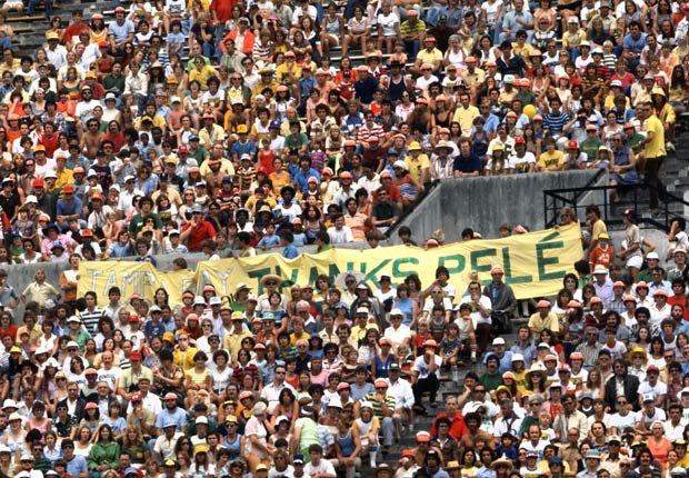 Espectadores que iban al estadio a Nueva York para ver jugar a Pelé.